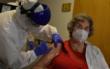 Die erste Frau in Bayreuth wurde gegen das Coronavirus geimpft. Im Hospitalstift Bayreuth hat sie die Corona-Impfdosis erhalten. Foto: Christoph Wiedemann