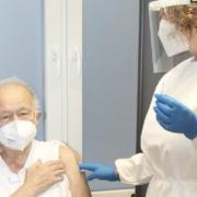 Dr. Christian Birnmeyer und sein Team beim ersten Einsatz: Helga und Helmut Pfab sind die ersten Impflinge im Impfzentrum an der Sana-Klinik in Pegnitz. Foto: Landkreis Bayreuth