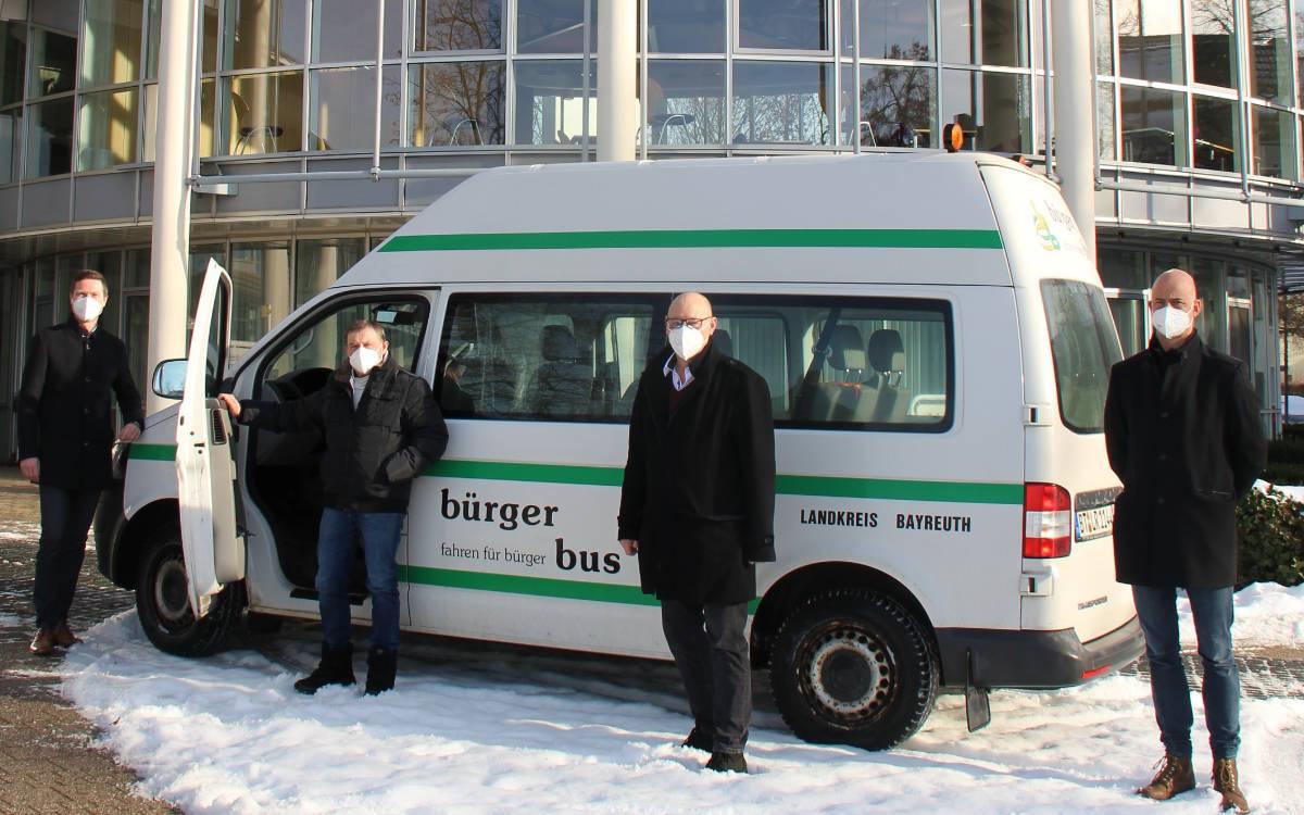 In Bayreuth gibt es ab 25. Januar einen Bus, der Menschen zu den Corona-Impfzentren fährt. Auf dem Foto von links nach rechts: Landrat Florian Wiedemann, Manfred Neumeister, der Seniorenbeauftragte der Stadt Hollfeld, Michael Schatz, und Max Frankenberger von der Regionalen Entwicklungsagentur des Landkreises. Foto: Landratsamt Bayreuth