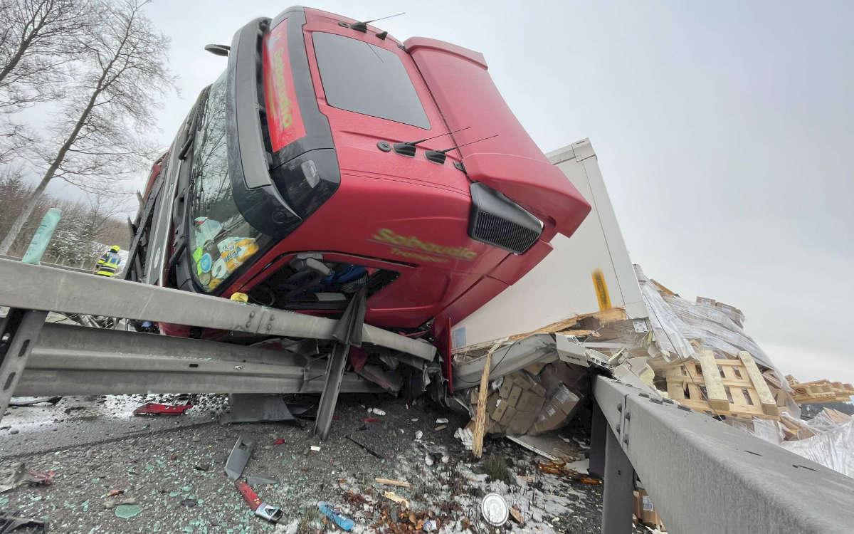 Auf der A9 im Landkreis Hof hat ein Lkw die Mittelplanke auf der Autobahn durchbrochen. Foto: News5/Fricke
