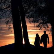 Ein Paar geht spazieren. Foto: Pixabay