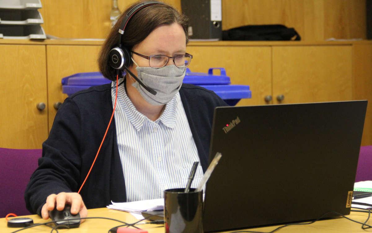 Katja Hahn koordiniert das Impfhotline-Team im Landratsamt Bayreuth. Foto: Landratsamt Bayreuth