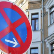 Auch im Corona-Lockdown: Notorische Falschparker vor dem RWG in Bayreuth. Symbolbild: pixabay