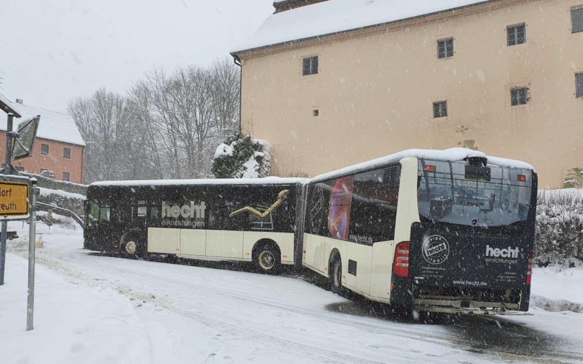 Im Landkreis Kulmbach machte Schneefall einem Busfahrer bei einer Probefahrt einen Strich durch die Rechnung. Foto: Polizei Stadtsteinach