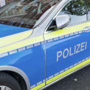 Ein Auto ist in Kulmbach in einen Unterstand für Einkaufswägen gekracht. Symbolfoto: Pixabay / Montage: Redaktion