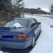 Seit Wochen steht ein BMW unbenutzt an der Autobahnausfahrt Bindlacher Berg im Landkreis Bayreuth herum. Was hat es mit dem Auto auf sich? Foto: Privat