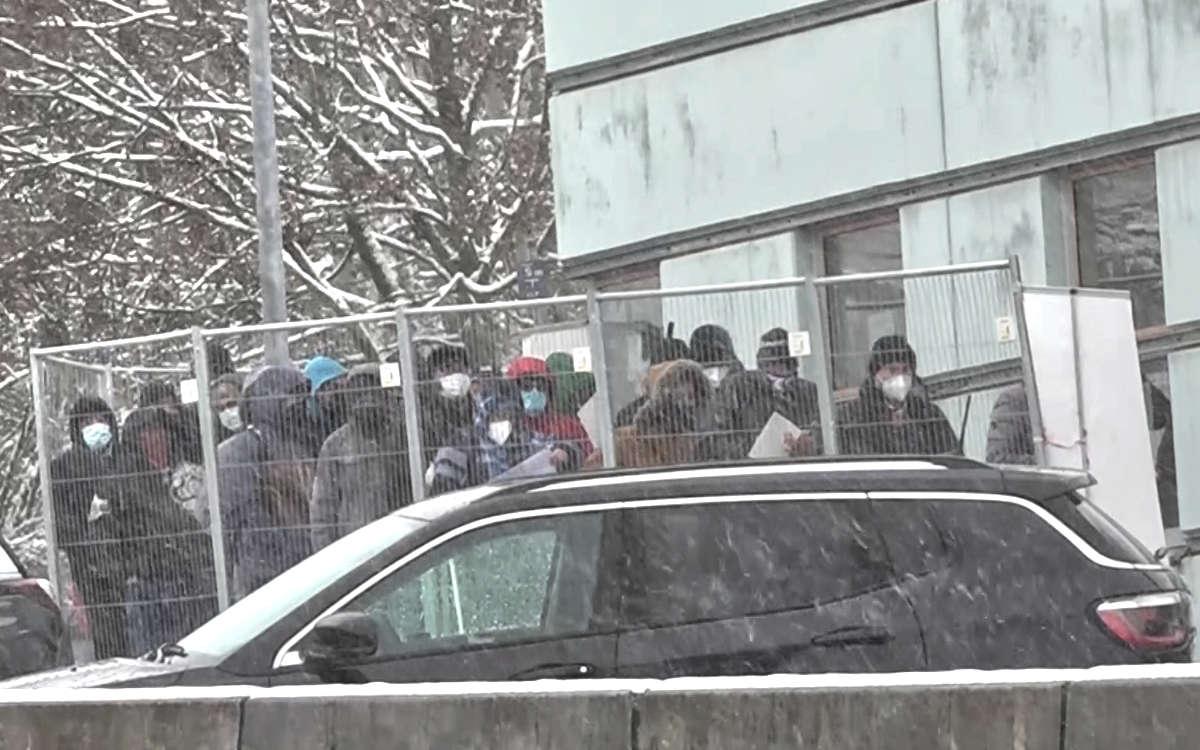 An der Grenze zu Tschechien im oberfränkischen Schirnding (Lkr. Wunsiedel) mussten mehrere hundert Menschen in der Kälte vor der Corona-Teststation warten. Foto: News5/Fricke