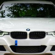 Ein weißer BMW hat auf der A9 bei Weidensees einen Unfall verursacht und ist danach geflüchtet. Symbolfoto: pixabay