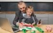 Die Doppelbelastung aus Homeoffice und Familie ist für viele zum Normalzustand geworden. Zudem könnte Corona bei vielen die Urlaubsplanung vereiteln. Foto: djd/AUB/oes - stock.adobe.com
