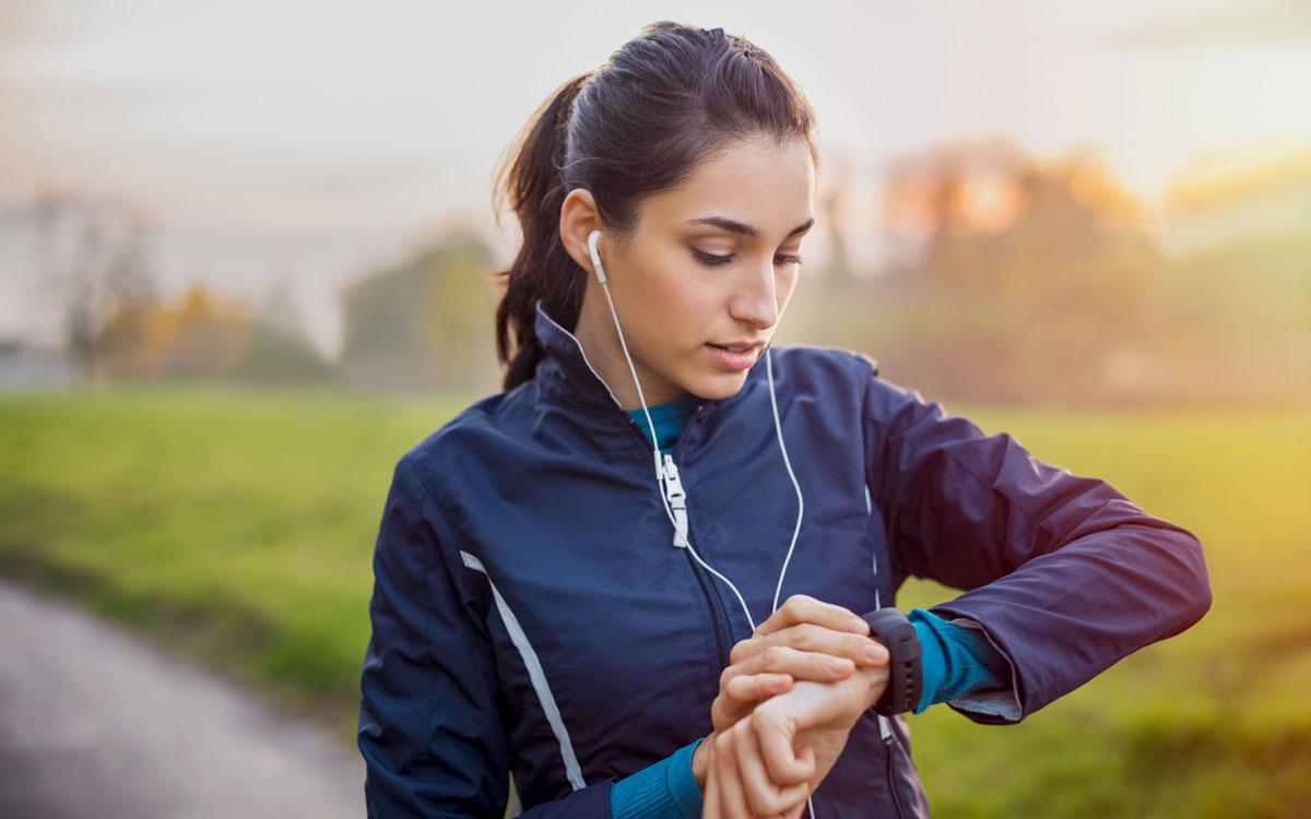 Regelmäßige Bewegung wird von der Krankenkasse jetzt noch stärker belohnt - Zuschüsse kann man auch für einen Fitnesstracker erhalten. Foto: djd/IKK classic/Getty Images/Ridofranz