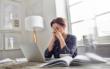 Stimmungstiefs, Müdigkeit und Antriebslosigkeit gehören zu den typischen Symptomen einer Schilddrüsenunterfunktion. Foto: djd/www.forum-schilddruese.de/Getty