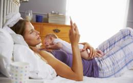 Fachkompetente digitale Angebote bieten jungen Eltern Unterstützung bei vielen Fragen. Foto: djd/mhplus Krankenkasse/Monkey Business - stock.adobe.com