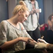 Das Stechen eines Tattoos kann ganz schön schmerzhaft sein. Mit einer lokalen Betäubung lässt es sich entspannter ertragen. Foto: djd/www.galenpharma.de/GettyImages/Portra