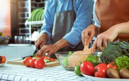 Viel frisches Gemüse und pflanzliche Proteine sind sowohl gesund als auch gut für die Figur. Foto: djd/BioNorm-Forschung/wutzkoh - stock.adobe.com