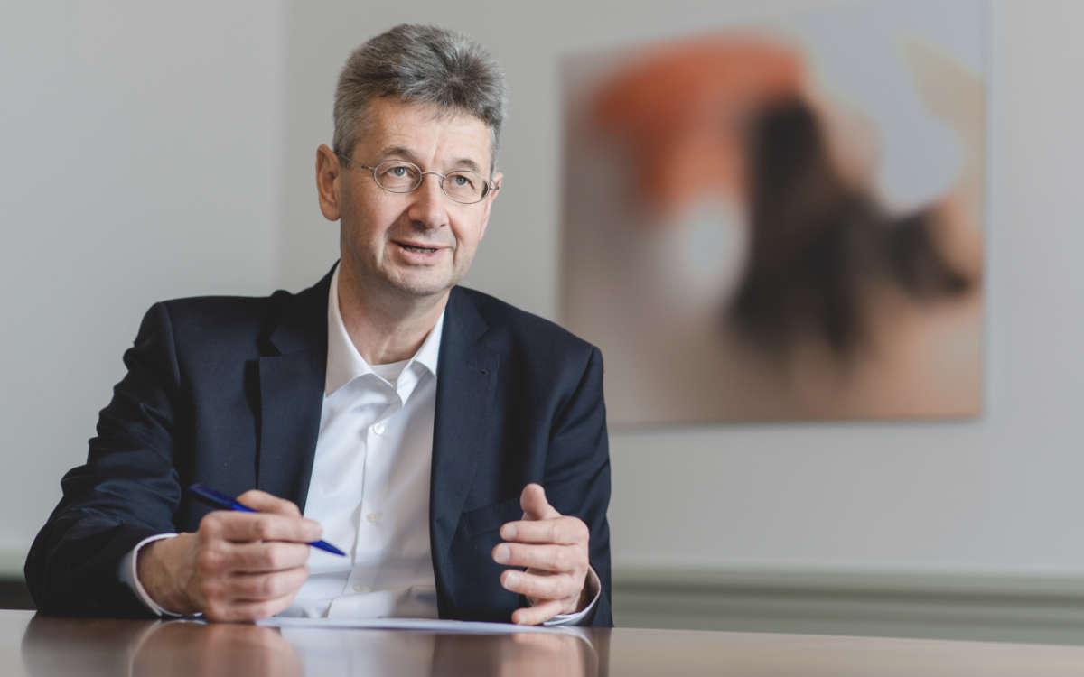 Bayerns Kultusminister Michael Piazolo äußert sich dazu, wie es nach Ostern an den Schulen in Bayern weitergeht. Foto: © StMUK / Andreas Gebert
