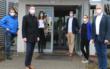 Hans-Jürgen Feulner (Personalrat Landratsamt), Landrat Florian Wiedemann, Kirstin Scharf (Deutsche Post AG), Tobias Heindl (CTT), Dr. Caroline Gebhardt (Gesundheitsamt/CTT) und Stefan Friedl (Deutsche Post AG) vor dem Eingang des Postgebäudes in Wolfsbach, in dem das CT-Team arbeitet. Foto: Landkreis Bayreuth