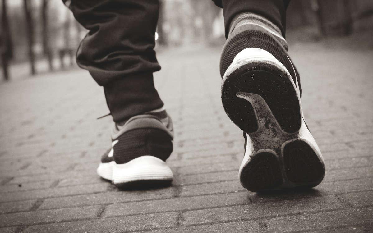Mehrere Männer haben sich in Wunsiedel nach Beginn der Ausgangssperre herumgetrieben. Symbolfoto: Pixabay