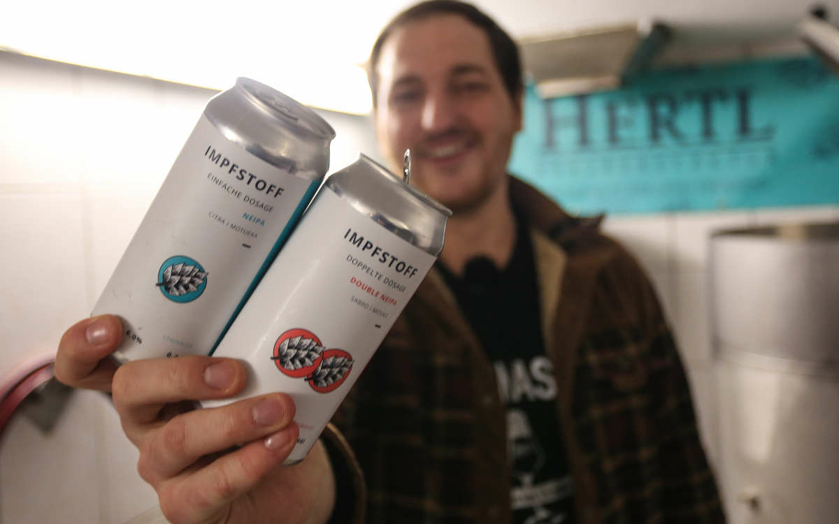 "Braumeister David Hertl mit dem ""Impfstoff""-Bier. Foto: NEWS5/Merzbach"