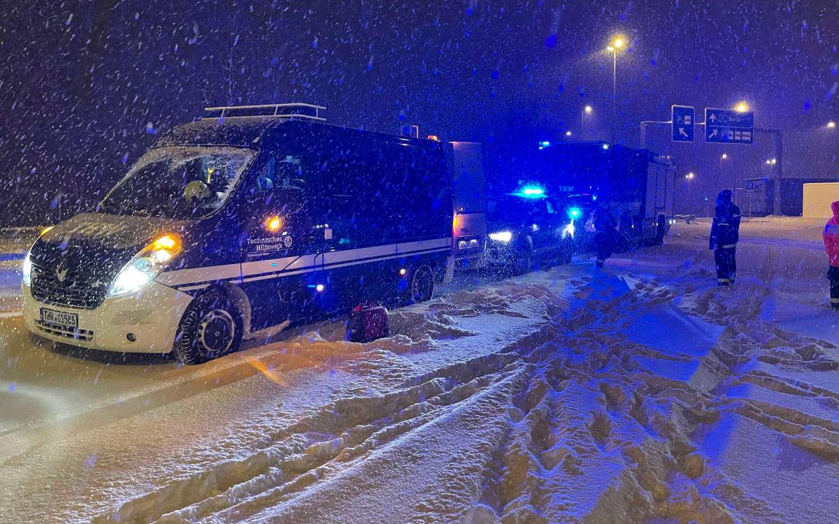 Schneechaos auf der A9: Wegen Schneefalls hat es in der Nacht auf Montag (8.2.2021) Verkehrsbehinderungen und mehr als 32 Unfälle gegeben. Foto: News5/Fricke