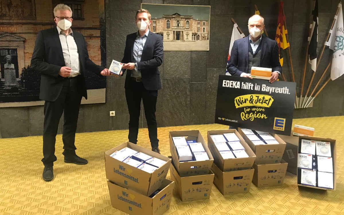 Das Foto zeigt v.l.n.r. Oberbürgermeister Thomas Ebersberger, Stephan Köhler und Günter Fröber bei der Spendenübergabe im Bayreuther Rathaus. Foto: meeco Communication Services