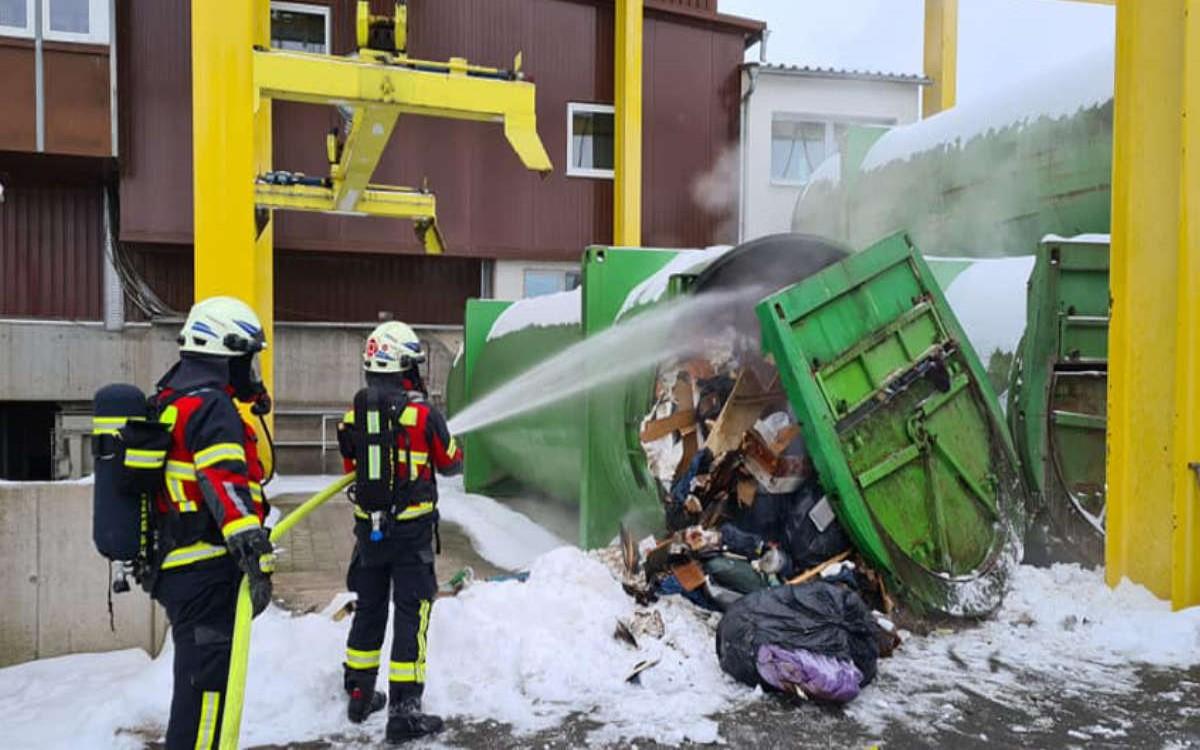 Besonderer Einsatz für die Feuerwehr: Container der Müllumladestation Bayreuth bekommt satte Dusche. Foto: FFW Bindlach
