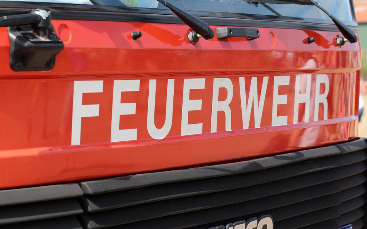 In Bayreuth hat ein Müllauto gebrannt. Die Löscharbeiten gestalteten sich schwierig. Symbolbild: Pixabay