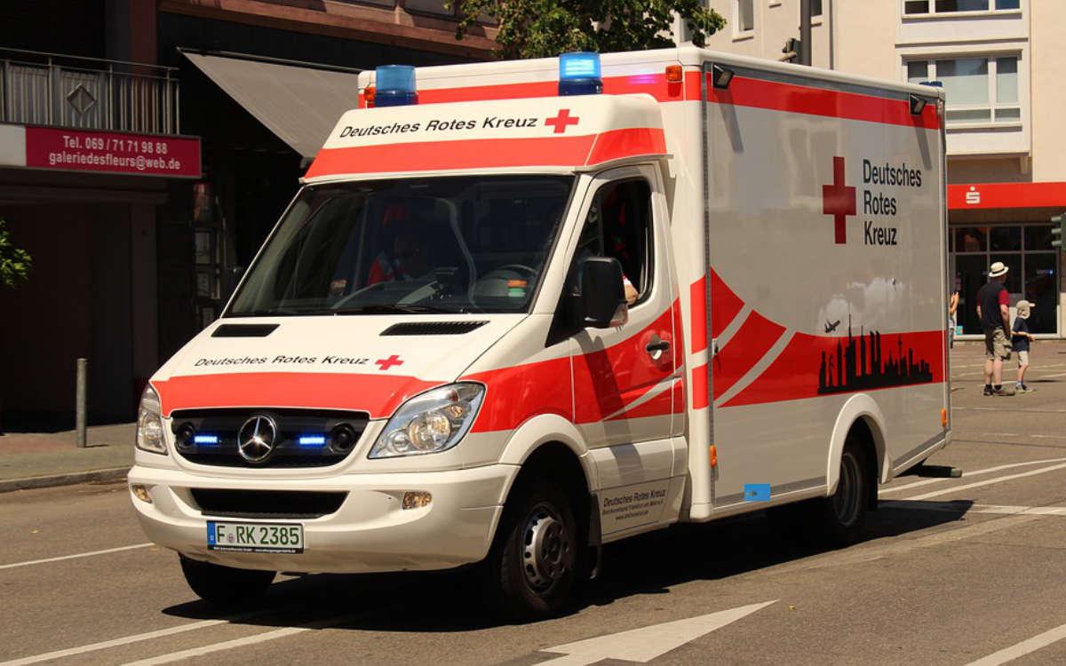 Ein Auto ist bei einem Unfall in Mittelfranken in zwei Teile gerissen worden. Symbolfoto: Pixabay
