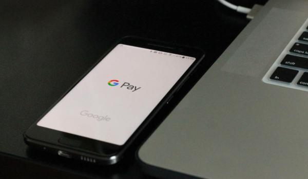Seit 2019 bietet sich auch Google Pay als schnelle Art der Bezahlung an und immer mehr Anbieter von Online-Slots oder typischen Casino-Spielen wie Black Jack, Roulette oder Poker akzeptieren die App-basierte Zahlung. Symbolfoto: Unsplash / Matthew Kwong