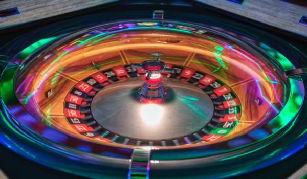 Als eines der meist gespielten Glücksspiele der Welt, findet sich Roulette auch so gut wie in jedem Online Casino. Symbolfoto: Unsplash / Adi Coco