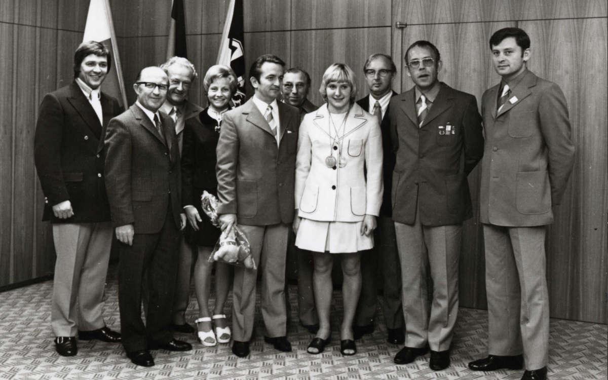 Ein Gruppenfoto mit Bronzemedaillengewinnerin Heidi Reineck und den Bayreuther Helfern bei den Olympischen Spielen 1972. Auf dem Foto sind Helmut Künzel (Dritter von rechts) oder Manfred Kreitmeier, als hauptamtlicher