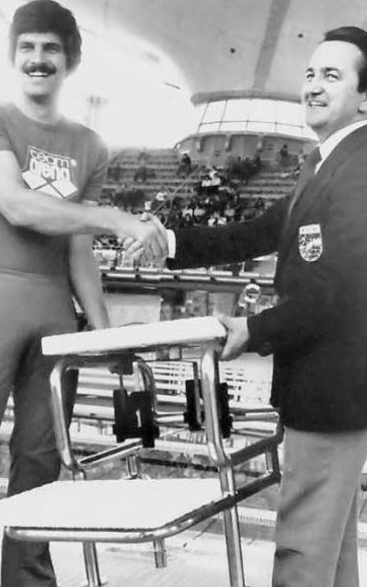Manfred Kreitmeier mit der Schwimmer-Legende Mark Spitz. Der US-Ameriianer gewann bei den Olympischen Sommerspielen 1972 in München sieben Goldmedaillen und stellte dabei jeweils einen Weltrekord auf. Foto: Archiv Stephan Müller / Manfred Kreitmeier.