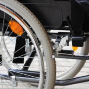 In Kulmbach wurde eine Seniorin am Montag (15.2.2021) wegen einer Zigarette aus ihrem Rollstuhl gezogen. Symbolfoto: Pixabay