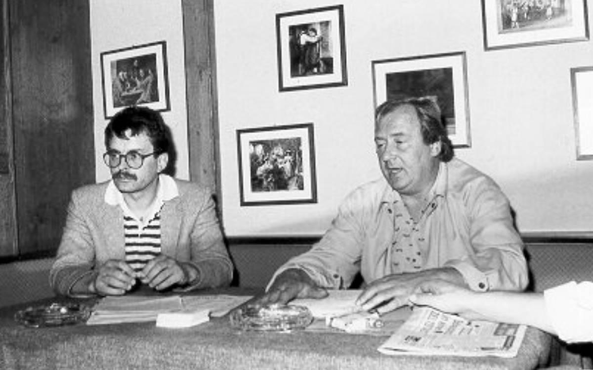 Der damalige USC-Präsident Hans Gabler (rechts) und Norbert Geißner führten die Bayreuther Basketballer erstmals in die Spitze der Bundesliga und in den Europapokal. Unser Foto zeigt das USC-Führungsduo im Jahr 1985 bei einer Pressekonferenz in der