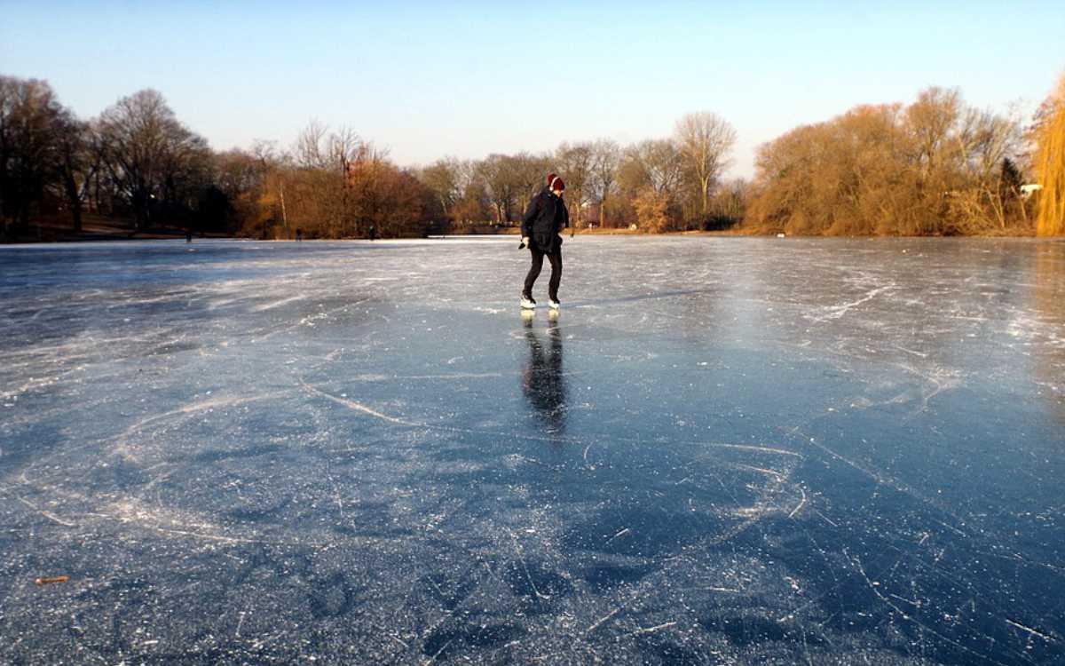 Die Stadt Bayreuth erlässt Maßnahmen, um Menschen von der Eisfläche auf dem Röhrensee fernzuhalten. Symbolfoto: Pixabay