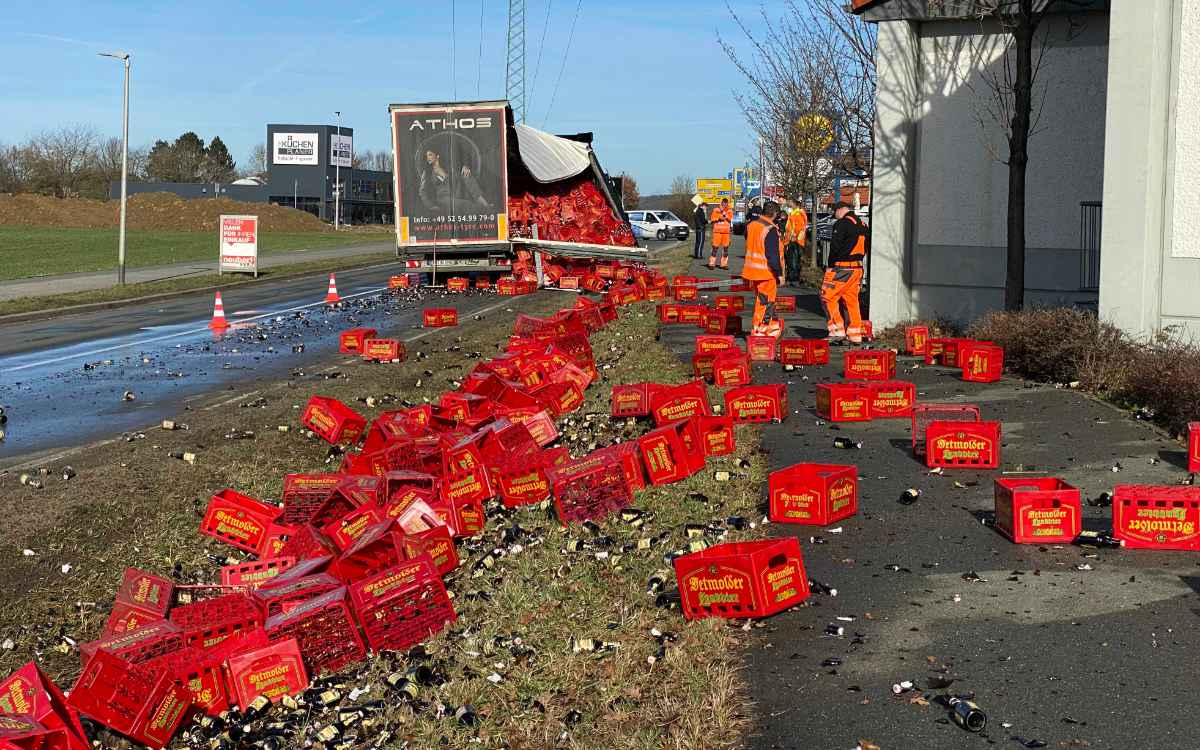 In Hirschaid (Landkreis Bamberg) hat ein Bierlaster seine Ladung verloren. Foto: News5/Merzbach