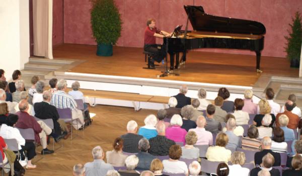 Der Pianist Stefan Mickisch ist tot. Der Wagner-Experte hat das evangelische Gemeindehaus damals gefüllt. Foto: Stephan Müller