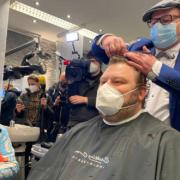 Der Bayreuther Friseurmeister Andreas Nuissl hat seinen ersten Friseurtermin nach dem Lockdown für 422 Euro versteigert. Das Geld geht an einen guten Zweck. Foto: News5/Merzbach