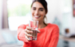Gerade in der kalten Jahreszeit ist eine ausreichende Flüssigkeitszufuhr, beispielsweise mit Wasser aus dem Hahn, empfehlenswert. Die allgemeine Empfehlung für eine im Durchschnitt sicher ausreichende Trinkmenge bei Gesunden lautet im Sommer wie im Winter 1,5 bis 2 Liter pro Person und Tag. Foto: djd/Forum Trinkwasser/WavebreakMediaMicro/stock.adobe.com