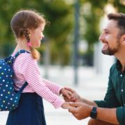 Ein Vater arbeitet im Homeoffice und bringt sein Kind morgens zur Schule. Genießt er auf dem Weg dorthin gesetzlichen Unfallschutz? Foto: djd/Nürnberger Versicherung/Getty Images/Evgeny Atamanenko