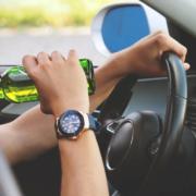 Betrunken und bekifft am Steuer. Als der Mann die Polizei sieht, fährt er davon: mit knapp 100 km/h. Symbolfoto: Pixabay