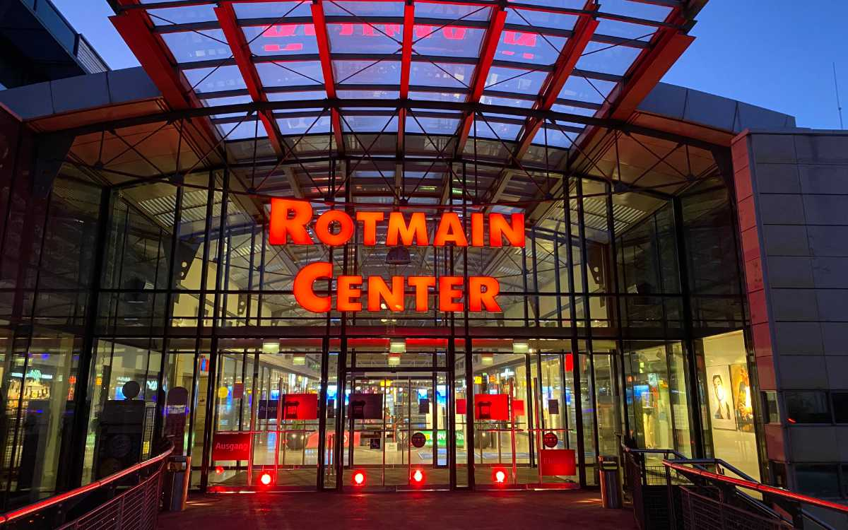 Das Bayreuther Rotmain-Center leuchtet am Montag (1.3.2021) rot. Foto: Rotmain-Center
