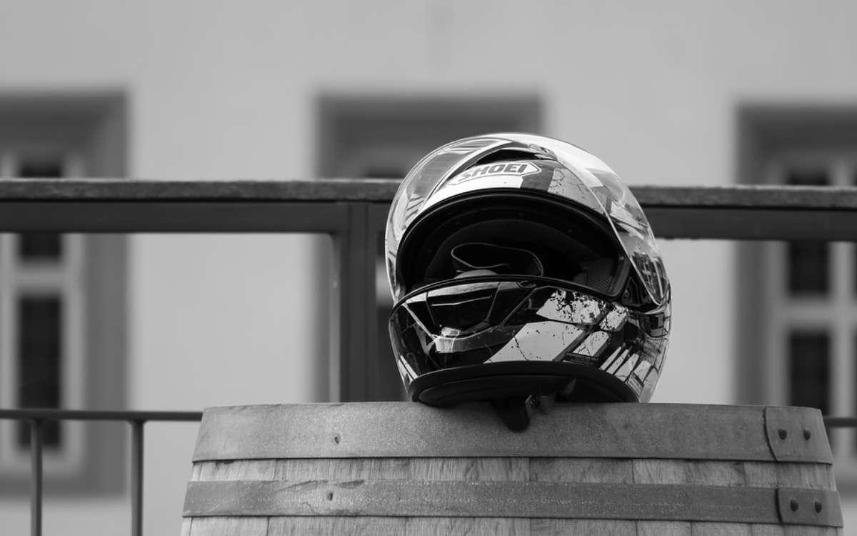 Ein 17-jähriger Motorradfahrer ist bei Warmensteinach gestürzt und von einem entgegenkommenden Auto tödlich erfasst worden. Symbolfoto: Pixabay