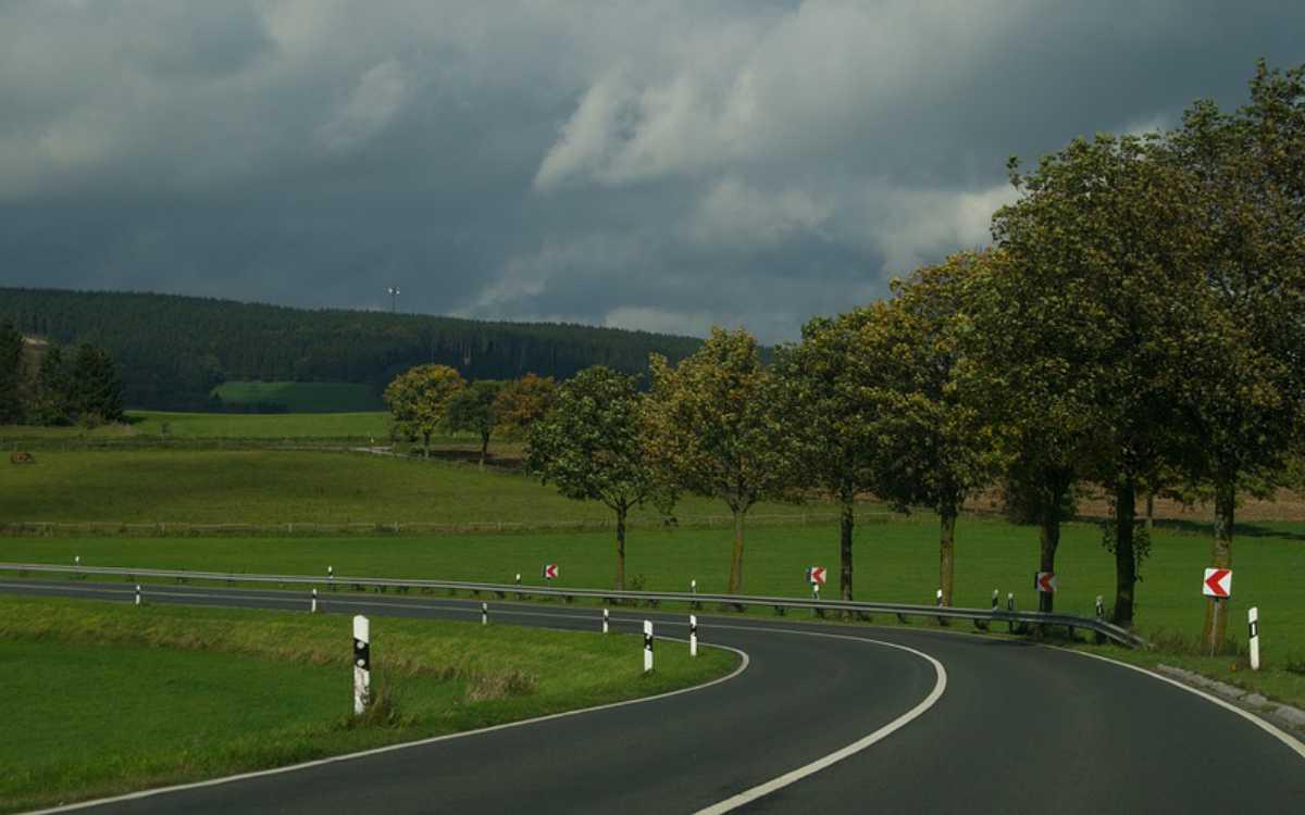 Bei Stadtsteinach im Landkreis Kulmbach hat es einen Unfall gegeben. Ein Transporter walzte dabei Verkehrsschilder nieder und krachte frontal in die Leitplanke. Symbolfoto: Pixabay