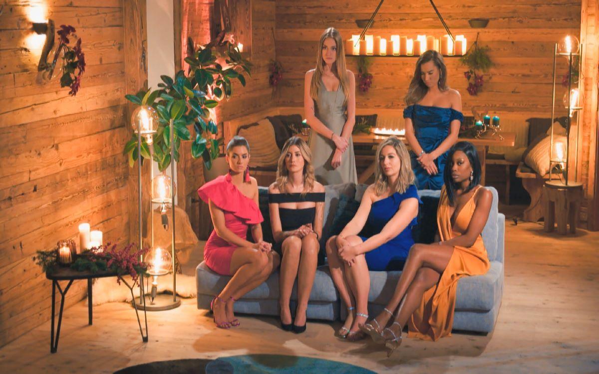 Mimi, Karina (h. v.l.) Michèle, Stephie, Hannah und Linda (v.l.) warten gespannt in der siebten Nacht der Rosen auf den Bachelor. Foto: RTL Group