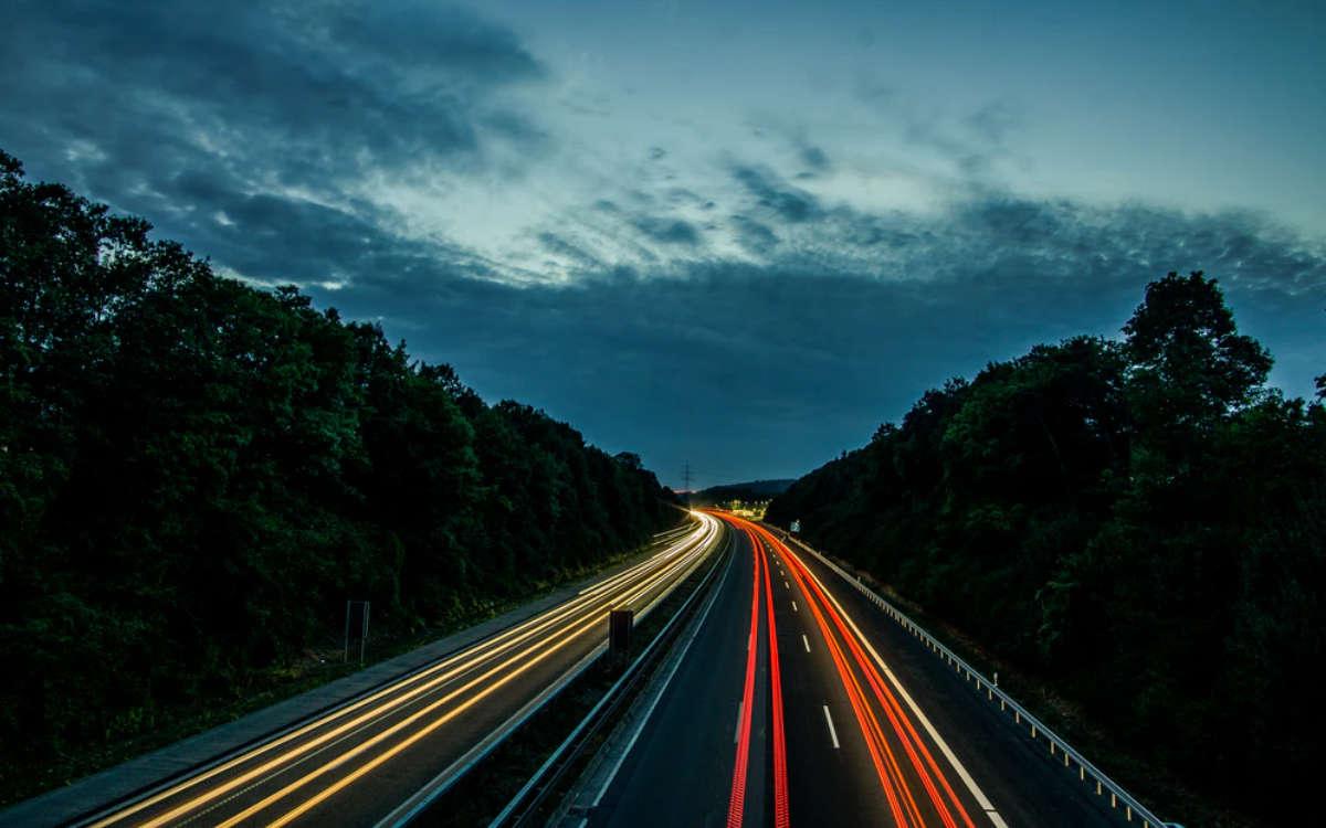 Bei erlaubten 100 Stundenkilometern ist ein Mann am Sonntag (7.3.2021) in Oberfranken mit fast 200 geblitzt worden. Symbolfoto: David Becker/Unsplash