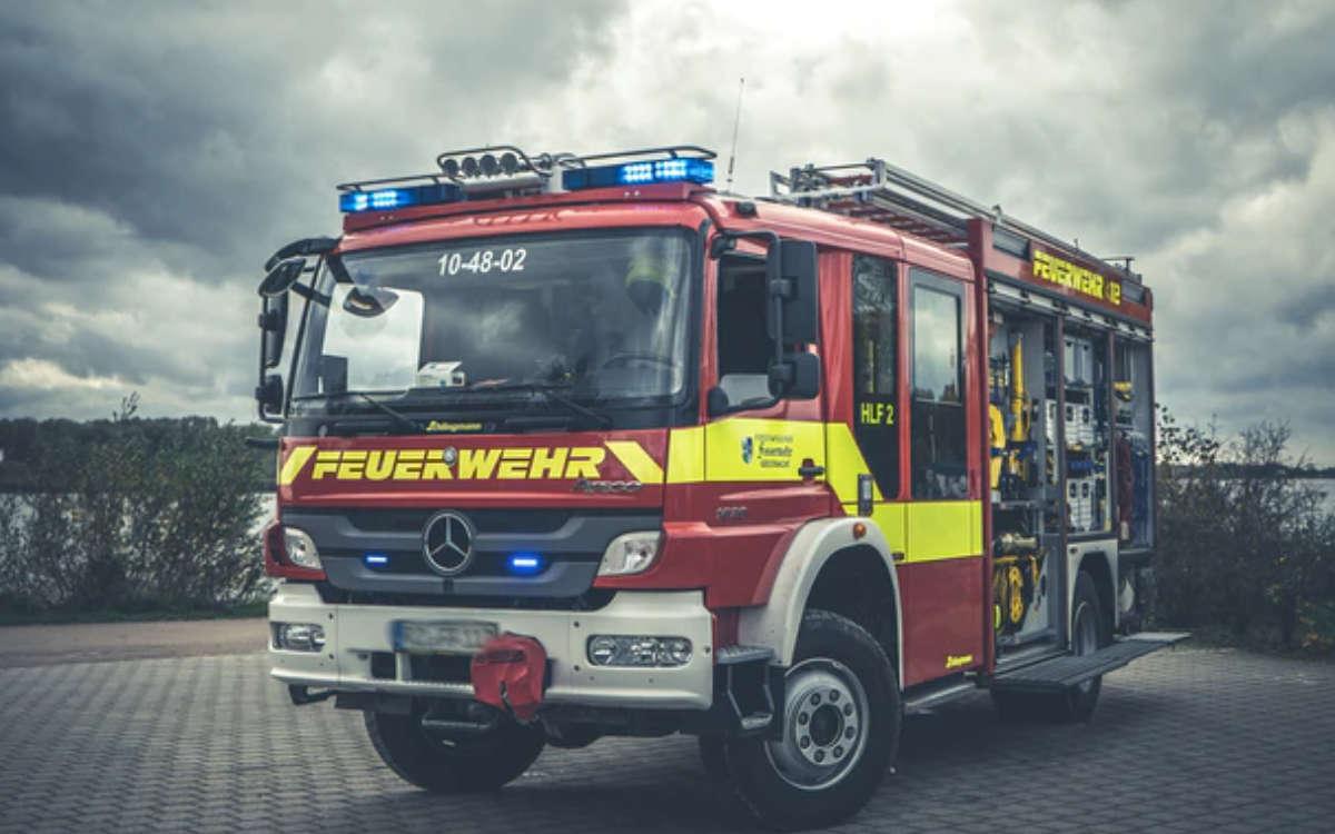 Ein Lkw brannte am Samstag vor der Ausfahrt Bindlacher Berg komplett aus. Symbolfoto: Philipp Berg/Unsplash