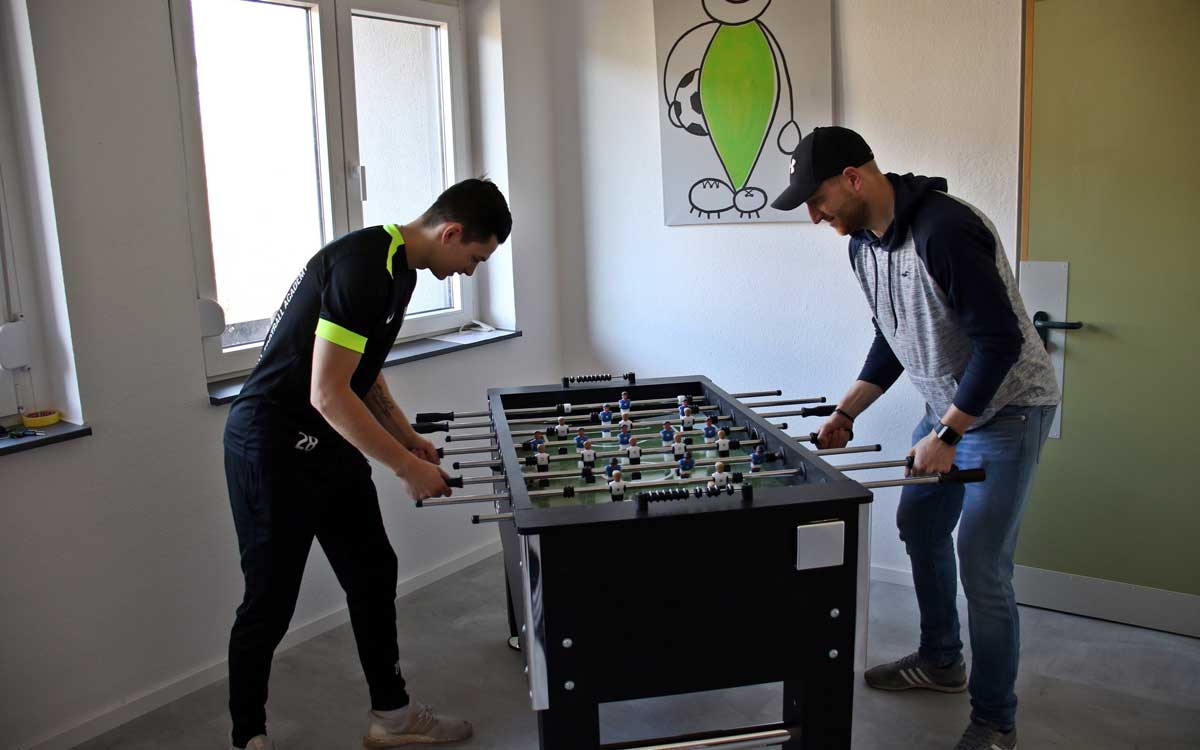 Maximilan Schug (rechts) ist in der Internationalen Fußball Academy zuständig für Finanzen, Trainings- und Belastungssteuerung, sowie Ernährung. Foto: Michael Horling