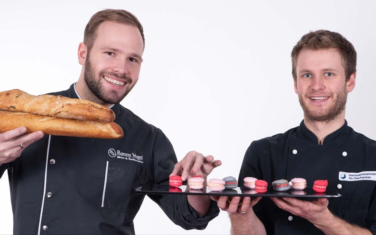 Sie sind die Garanten für die kombinierte Meisterschule des Bäcker- und Konditorhandwerks an der HWK für Oberfranken: Bäckermeister Ronny Vogel und Konditormeister Alexander Pleithner (von links). Foto: HWK für Oberfranken