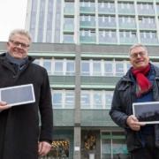 Oberbürgermeister Thomas Ebersberger (links) freut sich über 50 Tablets, die ihm Stadtwerke-Geschäftsführer Jürgen Bayer überreicht hat. Foto: Stadtwerke Bayreuth