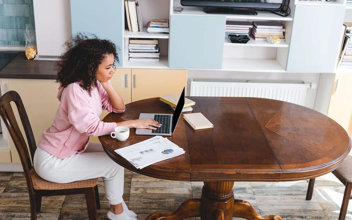 Auch im Homeoffice gilt: Regelmäßig Sitzposition verändern, um Rückenbeschwerden vorzubeugen. Foto: PantherMedia/AlexShadyuk